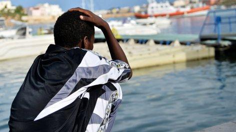 Αγναντεύοντας τη θάλασσα λίγες μέρες μετά το ναυάγιο στη Λαμπεντούσα, τον Οκτώβριο του 2013. Φωτογραφία: Tullio M. Puglia/Getty Images